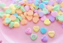 Zuckerrosa Herzen und gelbe Monde